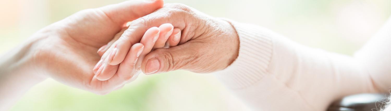 Vertrauensbeweis Pflegekraft Patient zwei Hände